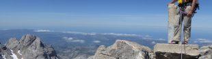 Un escalador en la cumbre de Peña Santa