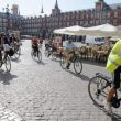 Cicloturistas en la Plaza Mayor de Madrid  ()