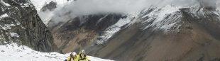 Carlos Soria y Sito Carcavilla ascienden hacia el C1 del Dhaulagiri.  (©Luis Miguel Soriano)