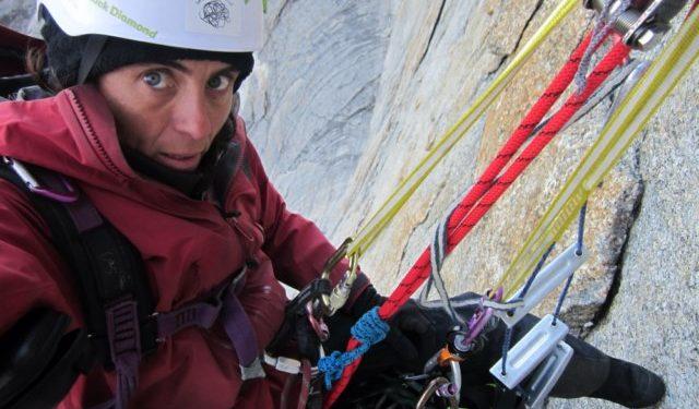 Sílvia Vidal rapelando la vía tras la apertura de 'Un pas més' (530 m