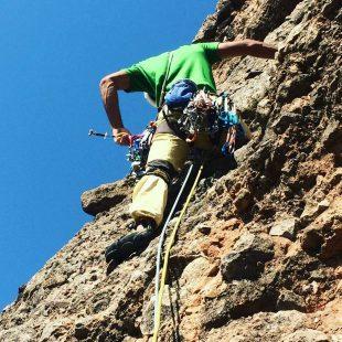 Urko Carmona durante su escalada a la Rabadá-Navarro del Mallo Firé (Mallos de Riglos).  (© Darío Rodríguez/DESNIVEL)