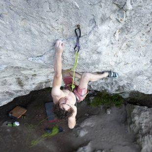 Adam Ondra escalando en su zona local de Holstejn.  (@pavelblazek)