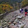 Excursionistas adentrándose en El Chorro de la Miacera