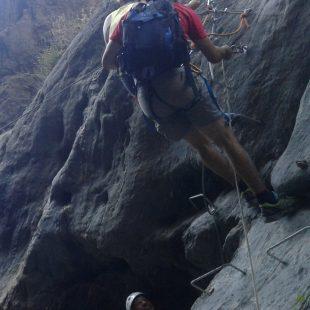 Escaladores recorriendo la vía ferrata de la Estrechura de Guianos (Almería)  (Adra Turismo)