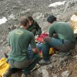 Miembros del GREIM de Potes atienden a un accidentado en Picos de Europa.