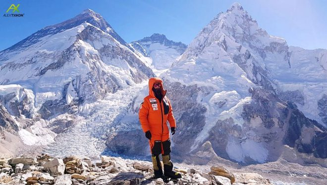 Alex Txikon en ruta hacia el Campo 2 del Pumori al fondo el Everest.