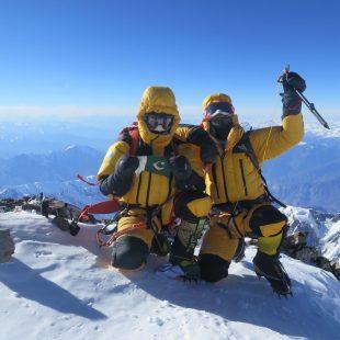 Ali Sadpara y Simone Moro en la cima del Nanga Parbat invernal el 26 febrero 2016.