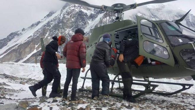 El helicóptero evacúa a Rafal Fronia del CB del K2 (febrero 2018)