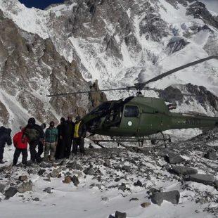 El helicóptero que traía de regreso al CB del K2 a Denis Urubko, Adam Bielecki y Piotr Tomala (febrero 2018)