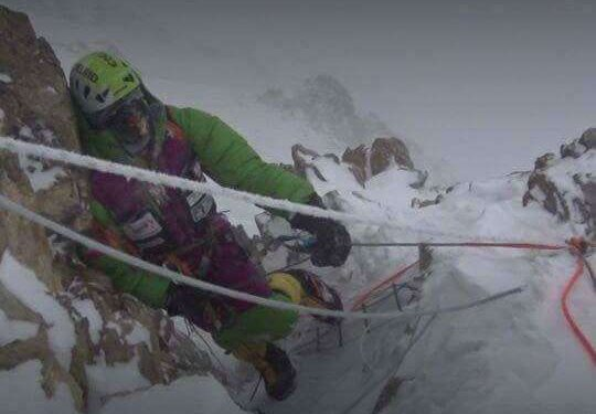 Adam Bielecki en la Chimenea House del K2 invernal (febrero 2018)