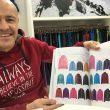 Manuel Domínguez, fundador y director de Izas, muestra la variedad de colores en chaquetas de fibra de su catálogo. Ispo 2018
