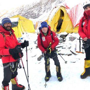 Carlos Soria en el campo base del Dhaulagiri, junto a Luis Miguel López Soriano (izq.) y Sito Carcavilla.