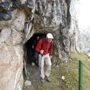 Saliendo de uno de los túneles que hay en el camino de la canal de Urdón.