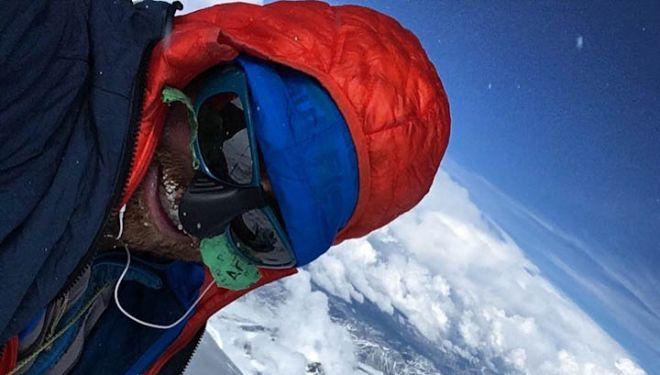 Colin Haley en la cima del Denali, tras batir el récod de ascensión. 2018