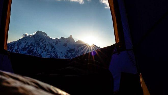 Hansjörg Auer en el Lupghar Sar West. Desde a tienda de campaña a unos 6.000 m durante la aclimatación en la cara suroeste de La Rochele.