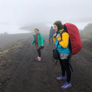 Excursionistas haciendo trekking en Islandia