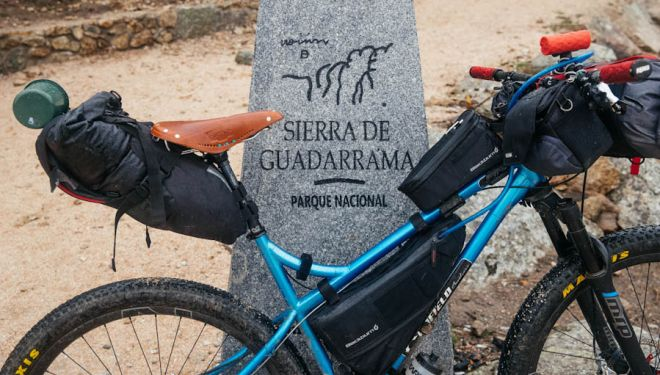 Bolsas de bike packing colocadas en la bicileta.