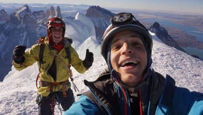 Cristóbal Señoret y Max Didier en la cumbre del Cerro Paine Grande tras abrir 'Estilo andino' (500 m, WI4). 2018