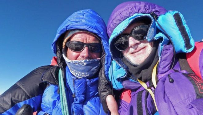 Rick Allen y su compañero Sandy Allan en la cima del Nanga Parbat, que alcanzaron tras recorrer la arista Mazeno. 2012