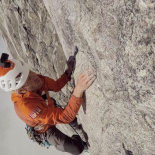 Robert Jasper en una de las paredes del Molar Spire mientras abría 'Stonecircle' (450 m, 7c) en Groenlandia. 2018
