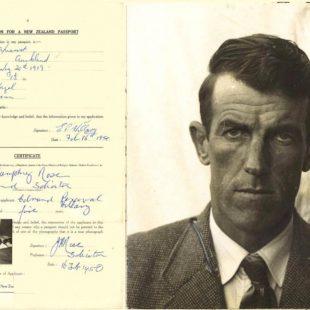 Formulario de solicitud de pasaporte de Edmund Hillary encontrada en un archivo de Nueva Zelanda. 2018