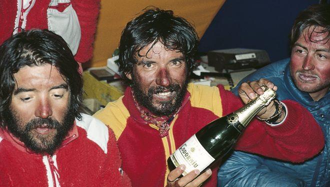 Oscar Cadiach, Toni Sors y Carles Valles hicieron el primer ascenso español al Everest por la ruta Mallory. (1985)
