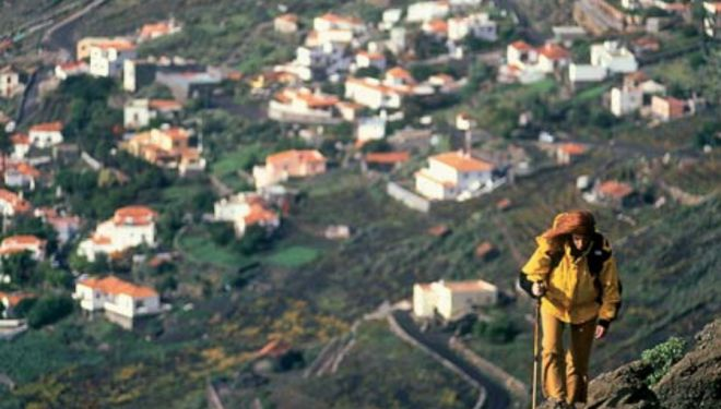 Caminante que transita por el sendero que va desde El Tablado hasta Barlovento en La Palma