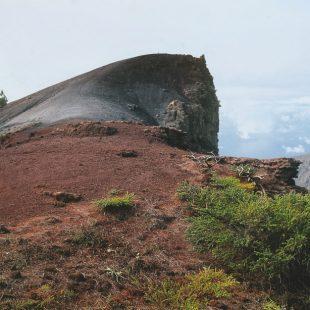 Un excursionista se aproxima a la característica cima redondeada del Pico de la Nieve.