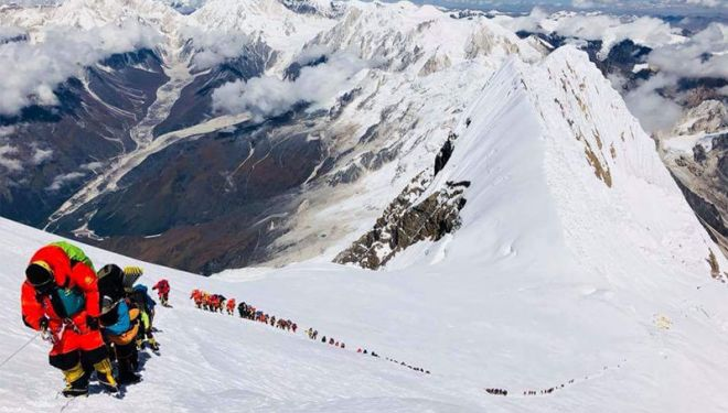 Colas de alpinistas para subir a la cumbre del Manaslu el sábado