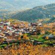 Pueblo de El Torno rodeado de cerezos, y bosques multicolor.