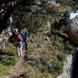 tras superar el Grau de Barrots, dos excursionistas transitan por la aérea cornisas.