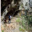 El camino salva la parte más abrupta de la garganta por medio de varios túneles y de una plataforma ganada a la roca viva. En la parte más aérea se ha instalado un pasamanos.