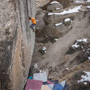 "Nick Muehlhausen en el tsunami ""Too Big to Flail"" (7C+), de 14 metros"