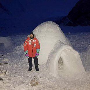 Alex Txikon ante uno de los iglús que ha construído en el campo base del K2 invernal (2019).