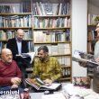 Sebas Álvaro en la biblioteca de su casa preparando un viaje en noto. por Tibet con sus amigos Luis Heras, Héctor Fernández y Gonzalo Cuervo ((enero 2019)