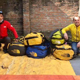 Pemba Gelje Sherpa y Simone Moro, con su equipaje para el Manaslu invernal