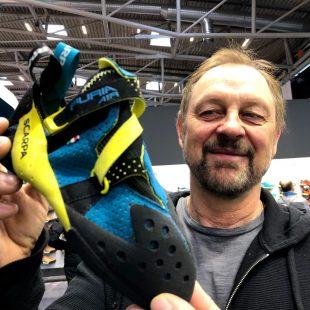 El diseñador de Scarpa Heinz Mariacher con el pie de gato Furia Air, en Ispo 2019