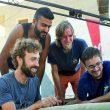 """El equipo de ClimbAid, integrado por escaladores de varios países, decide el próximo destino que The Rock prepara la próxima sesión de escalada """"terapéutica""""."""