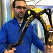 Oliviero Gobi con los piolets The Dark Machine de Grivel, en Ispo Múnich 2019