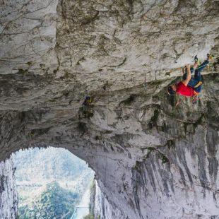 Edu Marín en 'Valhalla' (380 m, 9a+) en el arco de Getu (China)