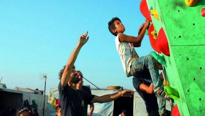 Beat indica al refugiado sirio Mohamed cómo resolver el próximo paso.