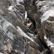 Tramo de roca en la primera parte de la escalada en la cara sureste del Jannu