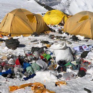 Basura en los alrededores del C2 (6.400 m) del Everest
