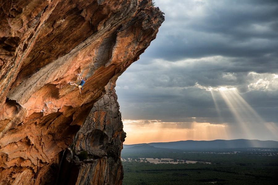 """""""Stormy Climbing"""" por Kamil Sustiak. Ganador categoría Escalada."""