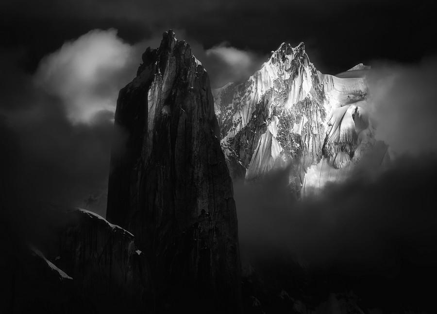 """""""The Big Tower"""" por Fei Shi. Ganador categoría Paisaje de Montaña."""