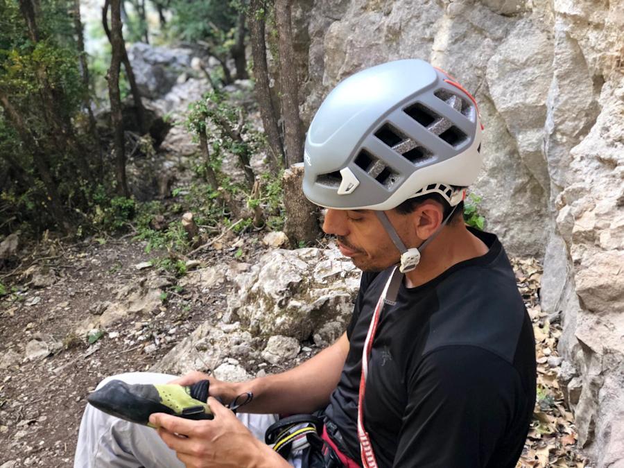 Javi Bueno probando el casco Meteor de Petzl. Premio Desnivel de Material 2019.
