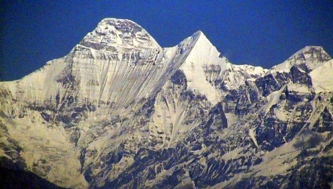 Nanda Devi Este (el pico del extremo derecho)