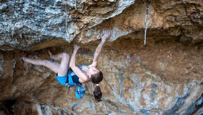 Laura Rogora en 'Réveille-toi' 9a de la cueva de Collepardo