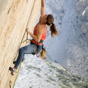 Barbara Zangerl en 'Everything is karate' 8c+/9a de Bishop