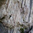 Tino Lois en el paso de boulder de la sección de abajo de 'Clandestino' 9a de Teverga
